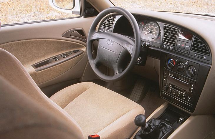 Интерьер седана Daewoo Nubira первого поколения после рестайлинга, 1999–2003