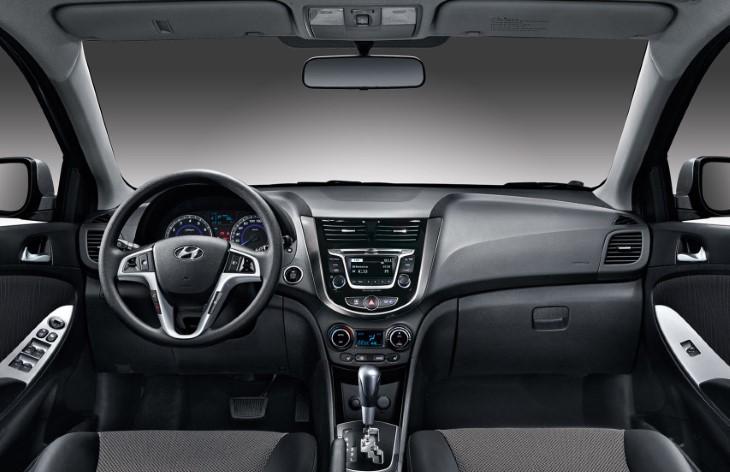 Интерьер автомобиля Hyundai Solaris первого поколения