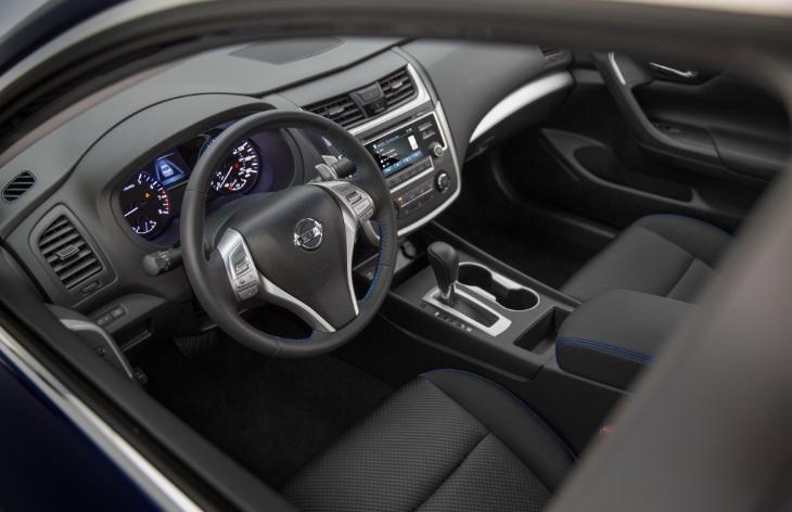 Интерьер седана Nissan Altima