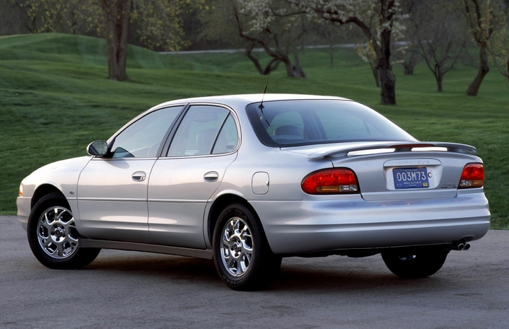 Седан Oldsmobile Intrigue (1997–2002)
