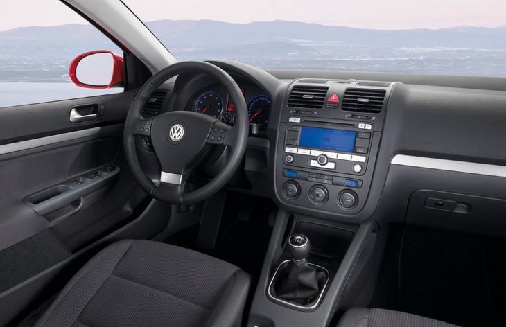 Интерьер хэтчбека Volkswagen Golf пятого поколения, 2003–2008