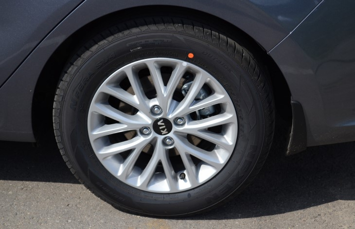 В большинстве комплектаций автомобиля сзади стоят барабанные тормоза, а в топовых комплектациях — дисковые (на фото)