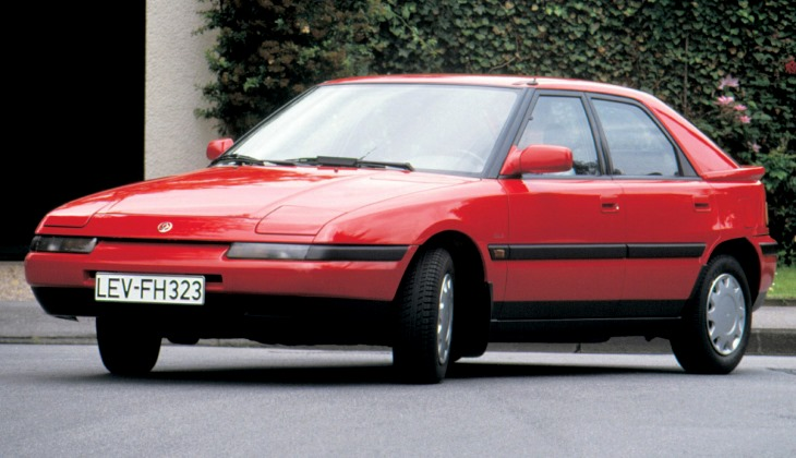Поднимающуюся светотехнику можно было встретить и на массовых машинах, например, на хэтчбеке Mazda 323F 1989 года
