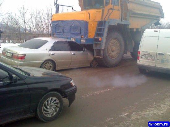 ...на спуске с Рудневского моста на ул. Снеговую, произошло столкновение БелАЗа и автомобиля Toyota Crown.